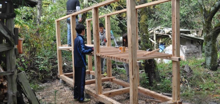 大学生と薪小屋作り